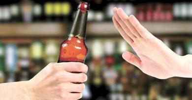 la industria de bebidas alcohólicas acuerda restricciones sobre el consumo de alcohol en menores